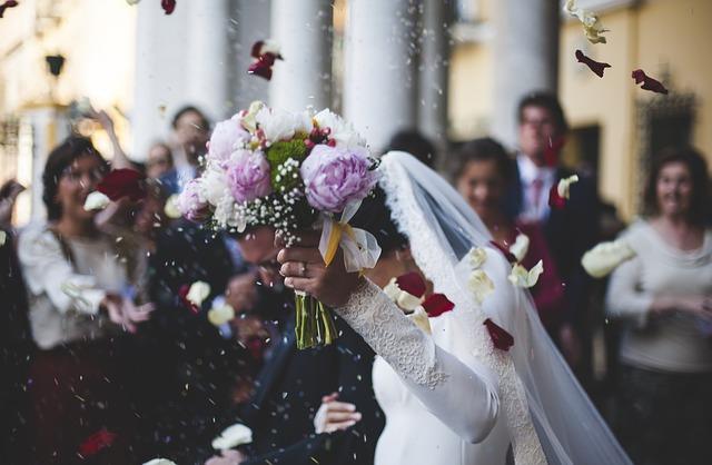 novomanželé v uličce