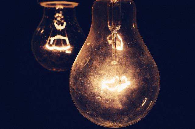dvě žárovky ve tmě