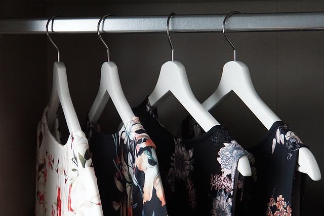 skříň a pověšené šaty
