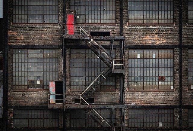 zkrachovalá továrna